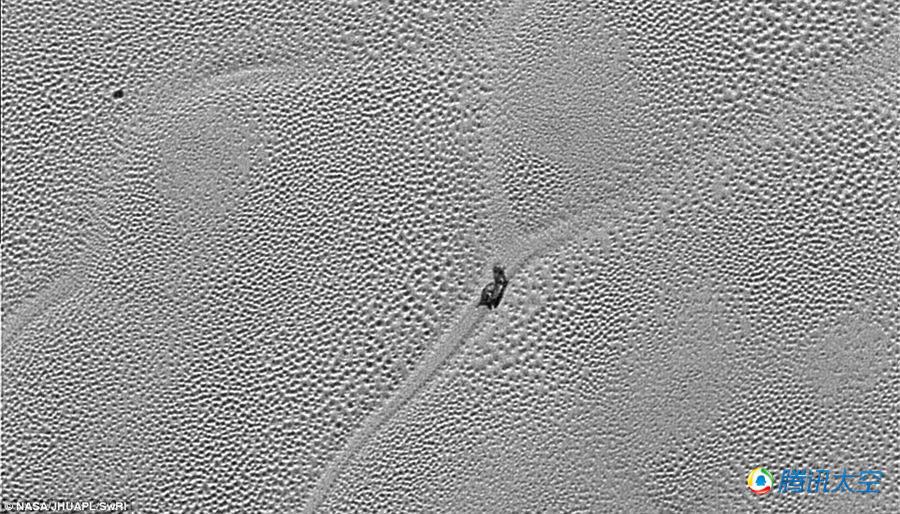 美探测器拍摄到冥王星表面出现 神秘蜗牛