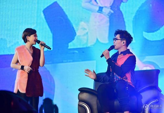 """品冠上海演唱会坐轮椅开唱 与梁静茹对""""坐"""""""