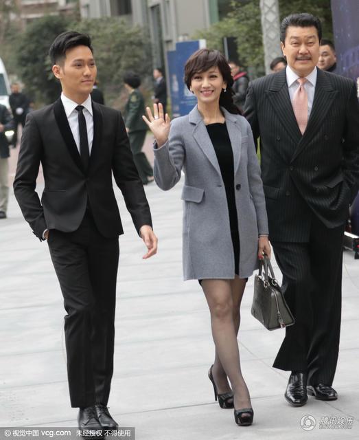 组图 赵雅芝一家三口携手亮相 帅气儿子颜值高