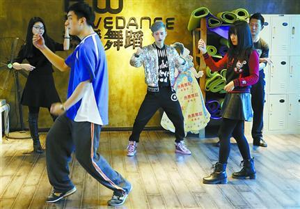沪上白领圈里流行学跳舞 为年会表演下血本