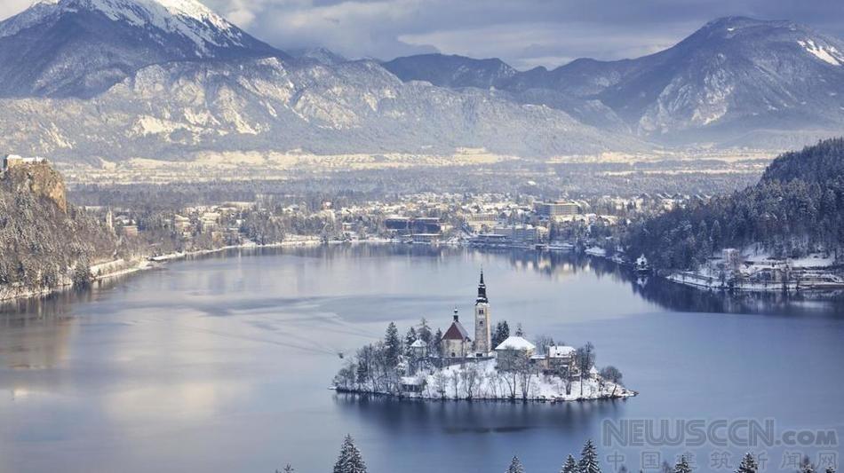 的正中央,这个美丽的湖就是城堡专属的边界,这个海拔高度约500图片