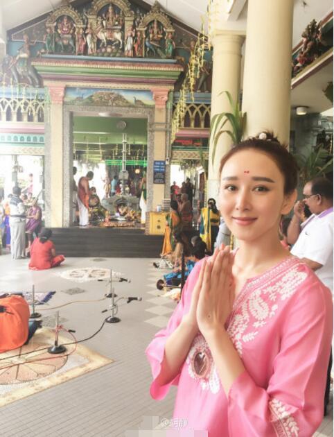 组图:阔太胡静参拜印度寺院 素颜出镜皮肤Q弹