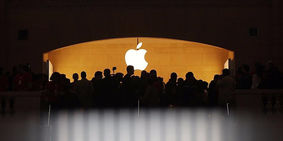 ...没有什么符号比它们的logo更重要了.苹果、微软、索尼看着...
