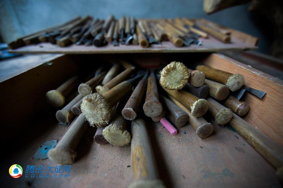 根雕工具的总数加起来有上百件.-残疾根雕师的 致富梦