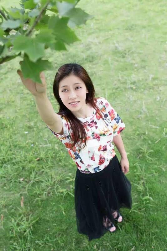 劉翔女友吳莎拍寫真盡顯清純 花叢中屬她最美(圖)