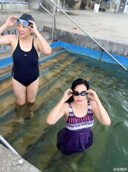 刘晓庆在太平洋里游泳 穿泳衣秀丰满好身材 - 海阔山遥 - .