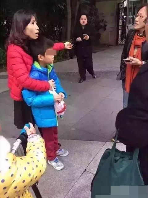 幼儿跑步-圳男子当街抱起小孩就跑 保安制服踩在脚底