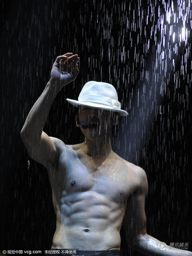 Rain沈阳演唱会大玩湿身诱惑 秀腹肌荷尔蒙爆表