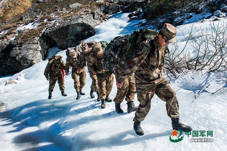 边防官兵靠人背肩扛来运送年货2016.1.27 - fpdlgswmx - fpdlgswmx的博客