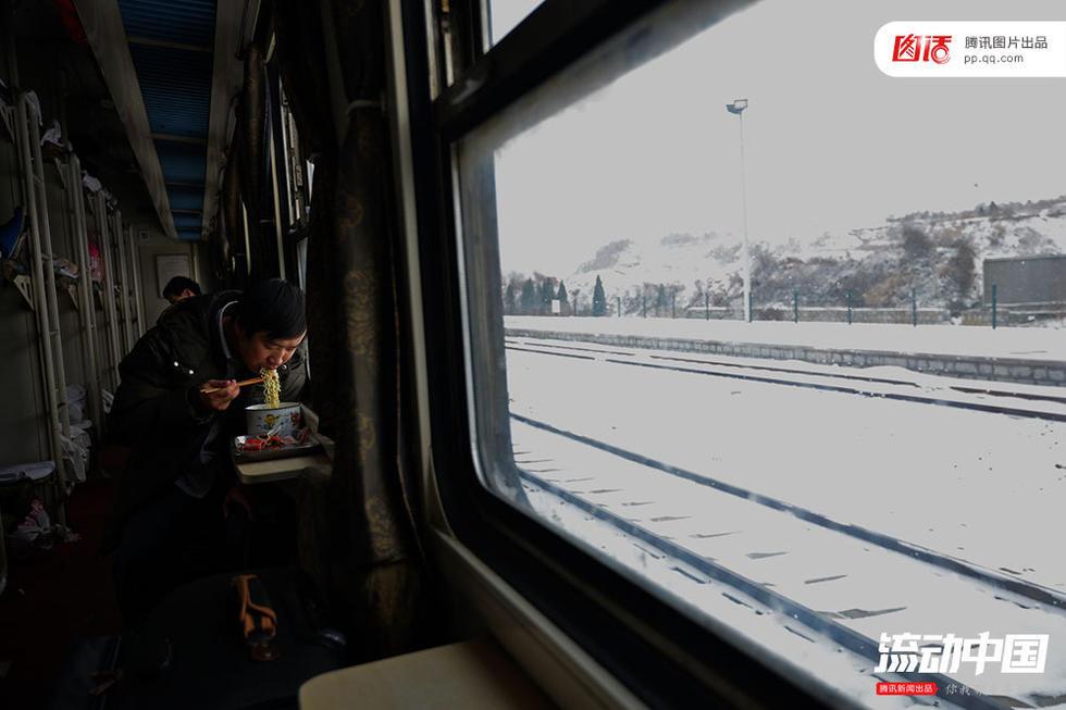 一名旅客在车厢内吃泡面.视觉中?-春运的火车,是种什么味道
