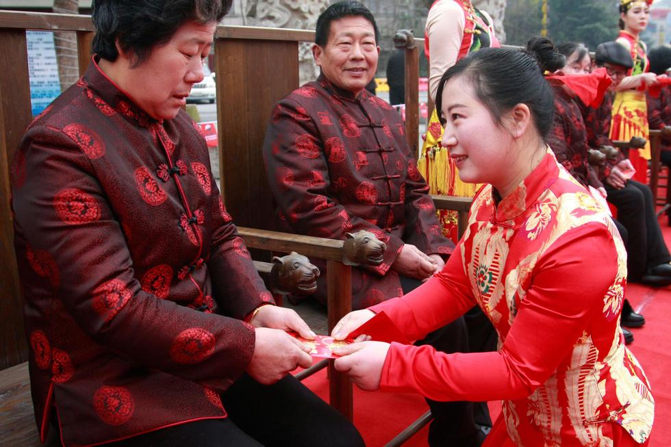 杭州一单位倡导孝德 员工跪拜父母发压岁钱2016.2.1 - fpdlgswmx - fpdlgswmx的博客