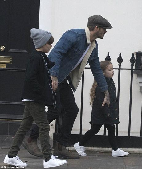 奶爸小贝携三子上街 小七公主这次没人抱图片
