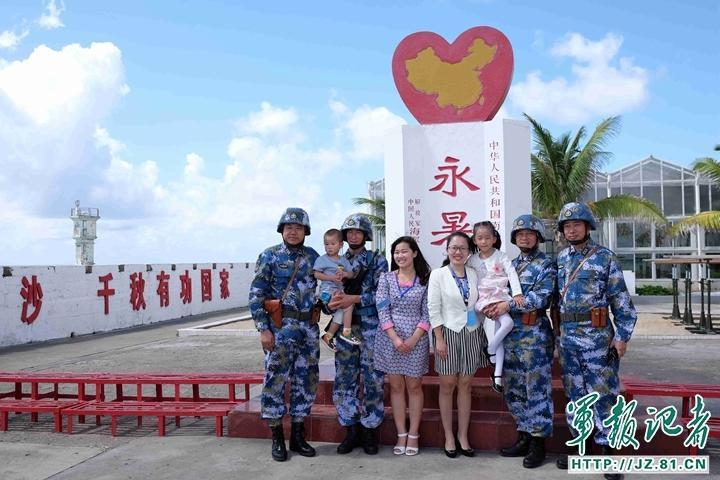 组图:军嫂带军娃飞抵南沙永暑礁机场探亲 - 海阔山遥 - .
