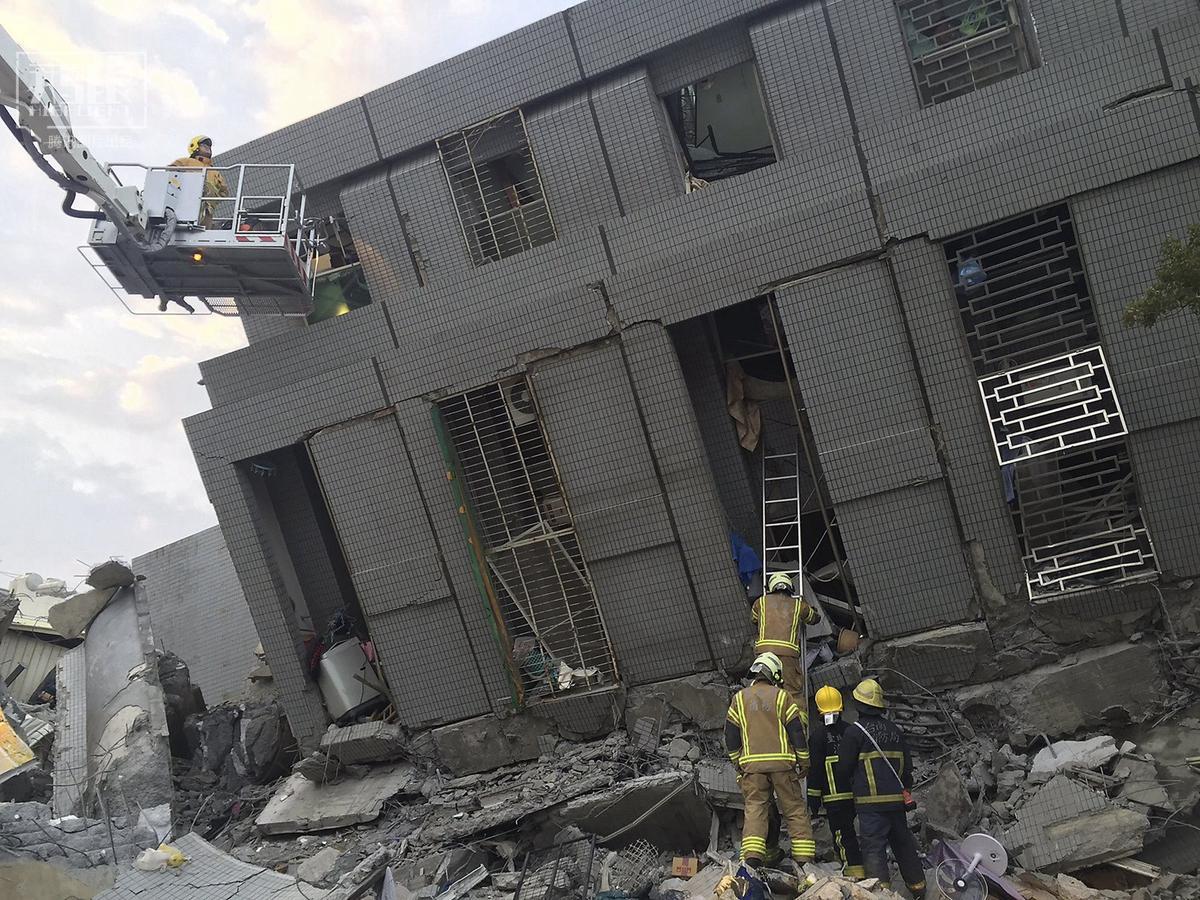 直击台湾高雄地震现场 多栋大楼倒塌