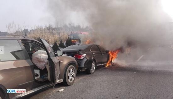 绵遂高速4车追尾 一辆轿车起火燃烧