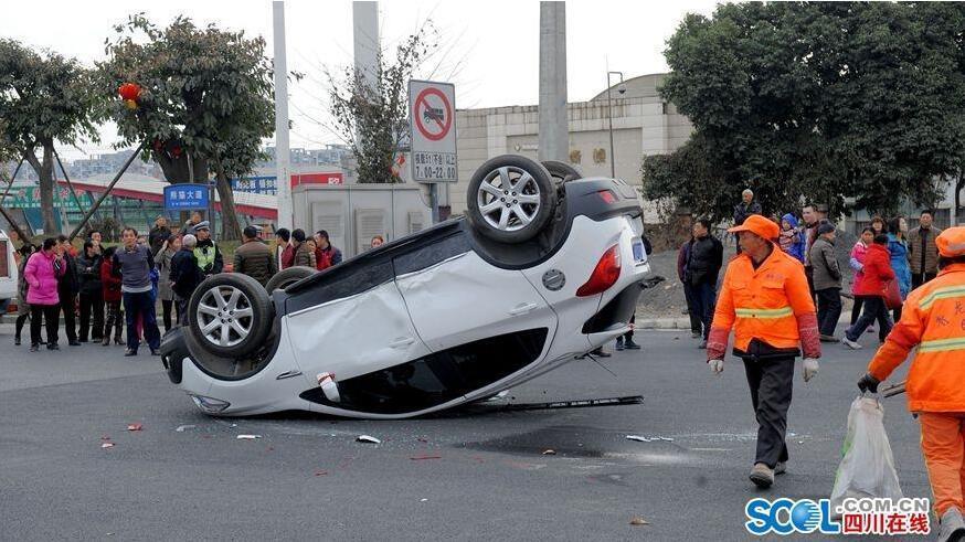 熊猫大道公路口发生一起交通事故.一辆川A·2D3U8小汽车和一辆高清图片
