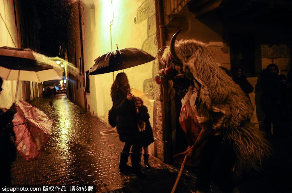 风格独特的西班牙Momotxorros狂欢节