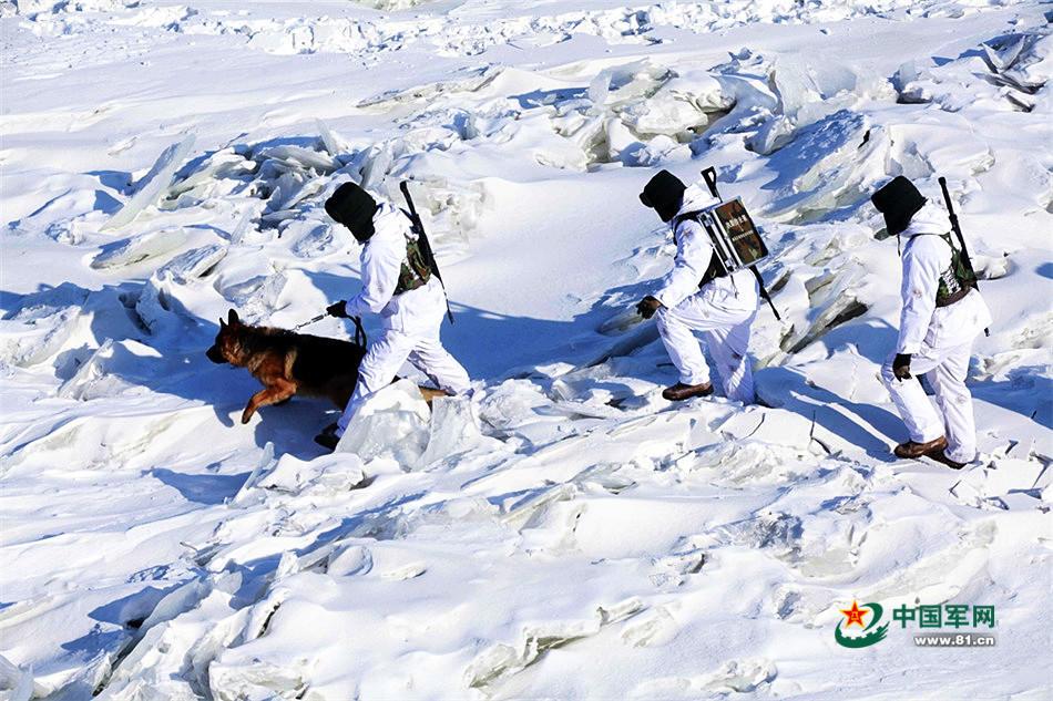 组图:边防战士黑超遮面巡雪原 如在月球漫步 - 海阔山遥 - .