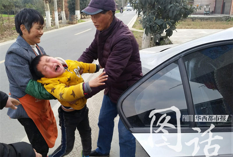 留守儿童和母亲分离 哭嚎:你们不能这样对我 - 海阔山遥 - .