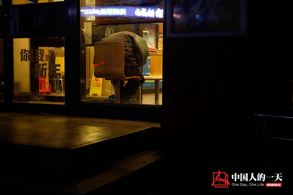 在快餐店过夜的人