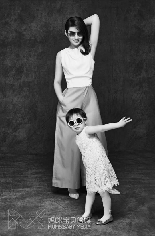 黄奕携爱女拍写真 母女同穿亲子装笑容灿烂