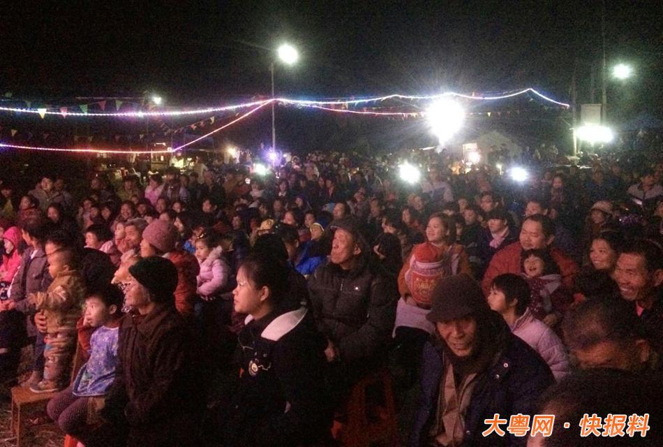 现场大概有上千人观看.-茂名农村歌舞团千人围观 木偶戏仅三观众