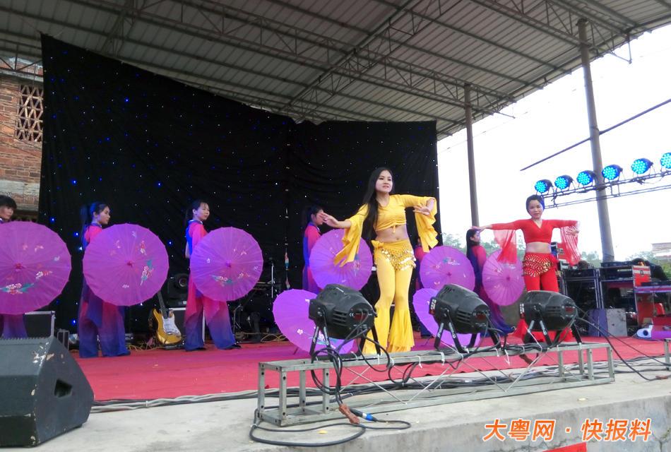 为年初十下午,歌舞团的现场表演,台下观众尖叫不断.-茂名农村歌