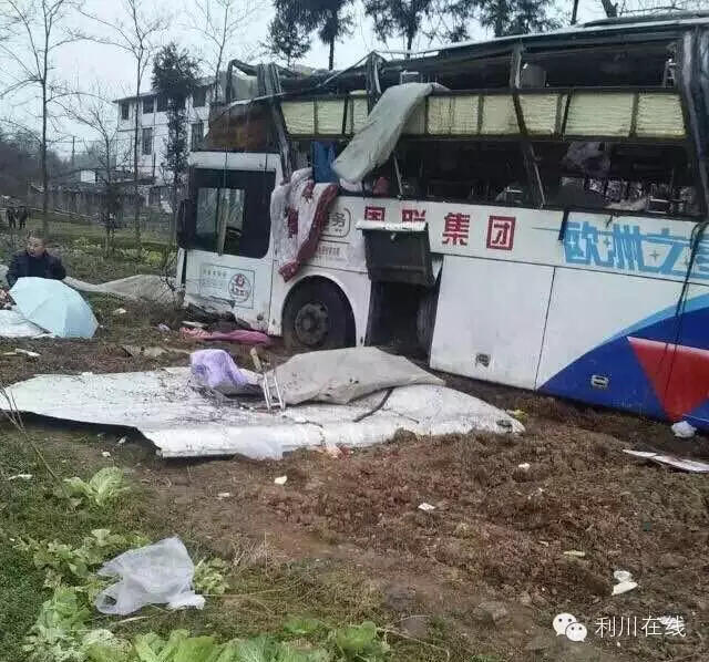 早上浙江回利川大巴车在高速上失控,现场伤亡情况不明,地址在元