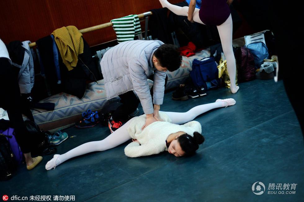 山东艺术学院的舞蹈表演专业艺考考试之前,考生们相互帮助进行各图片