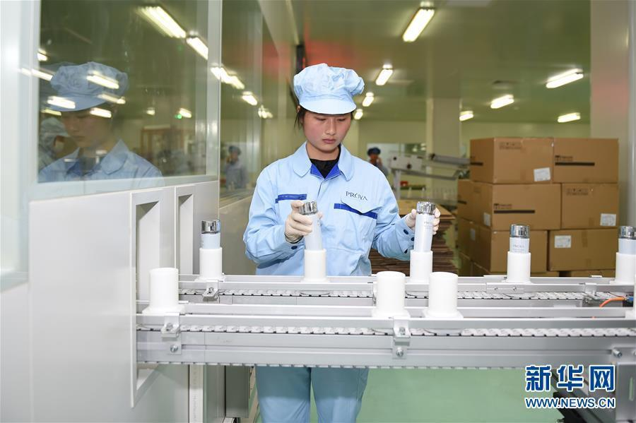 员工在湖州吴兴美妆小镇的一家化妆品企业的包装车间内作业(2016图片