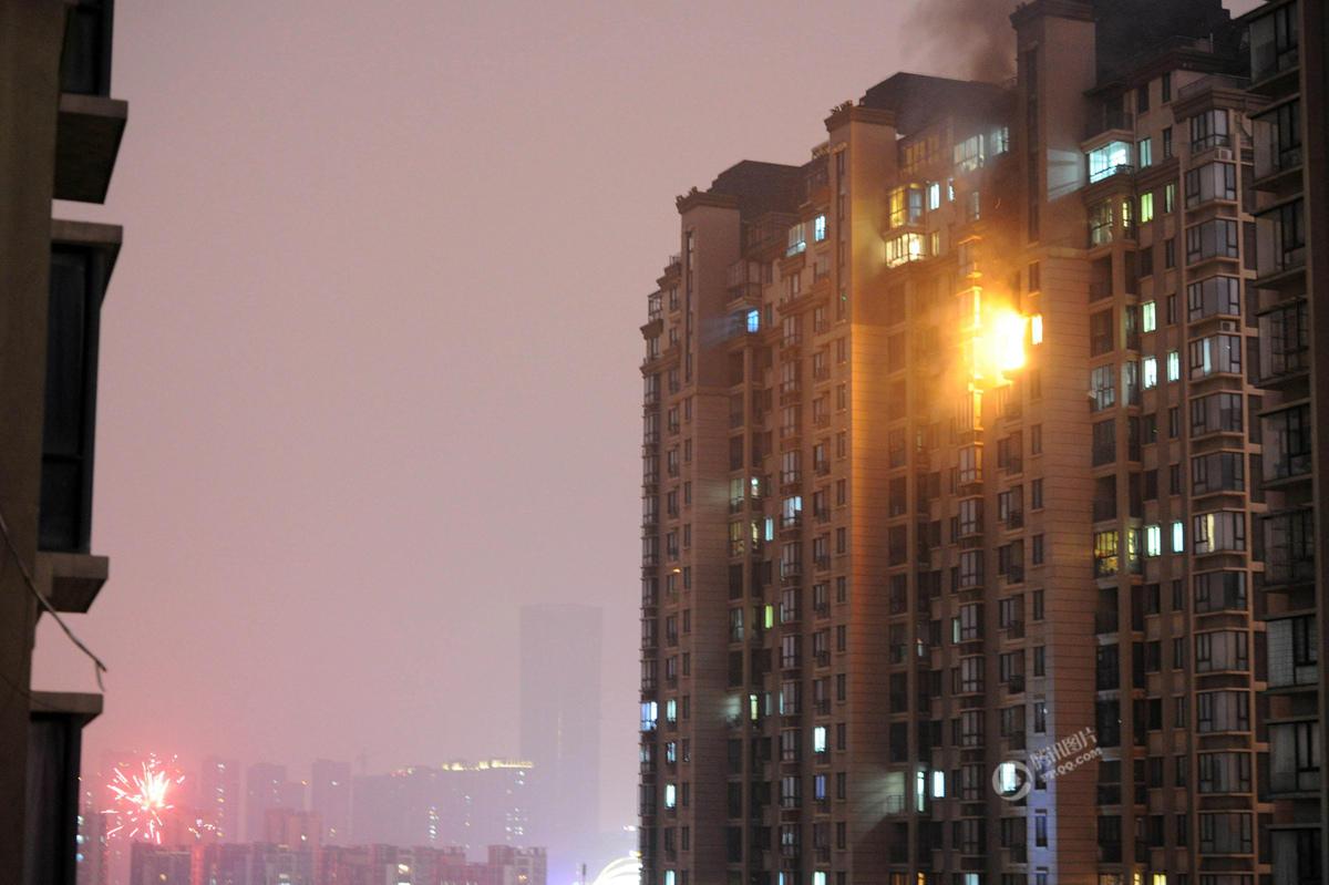 合肥一小区楼下放烟花闹元宵 引发楼上火灾