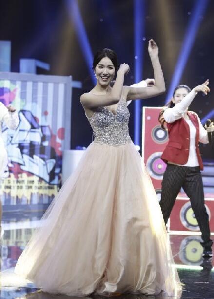 王祖蓝与妻子同台表演 调侃自己 腿短都有女友