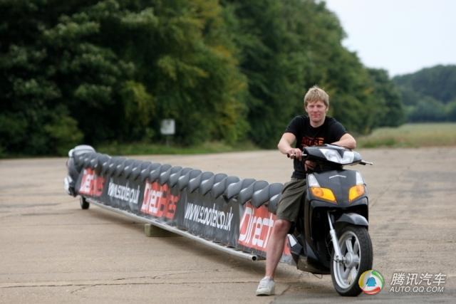 世界摩托车之最 最长的踏板摩托车可载25人图片