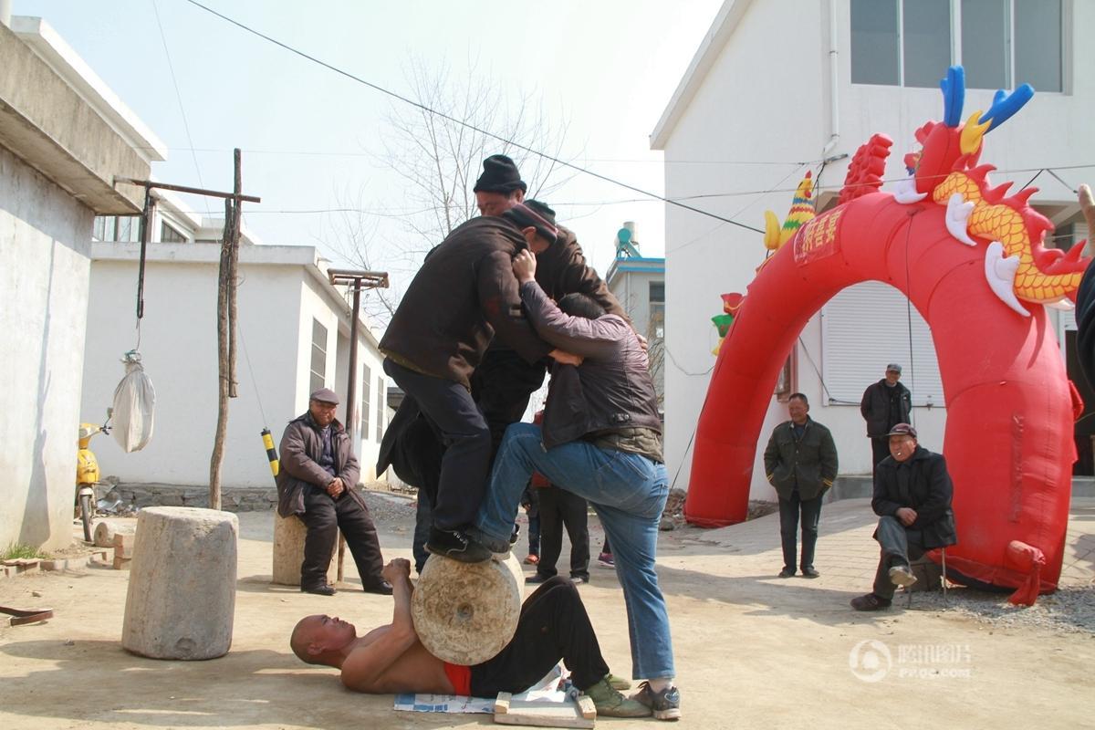 """五旬老汉自学""""硬气功"""" 可徒手劈砖肚顶百斤 - 海阔山遥 - ."""