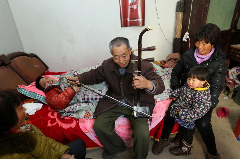 床前,拉起了《北京的金山上》这首曲子,来看望他妻子的邻居听得