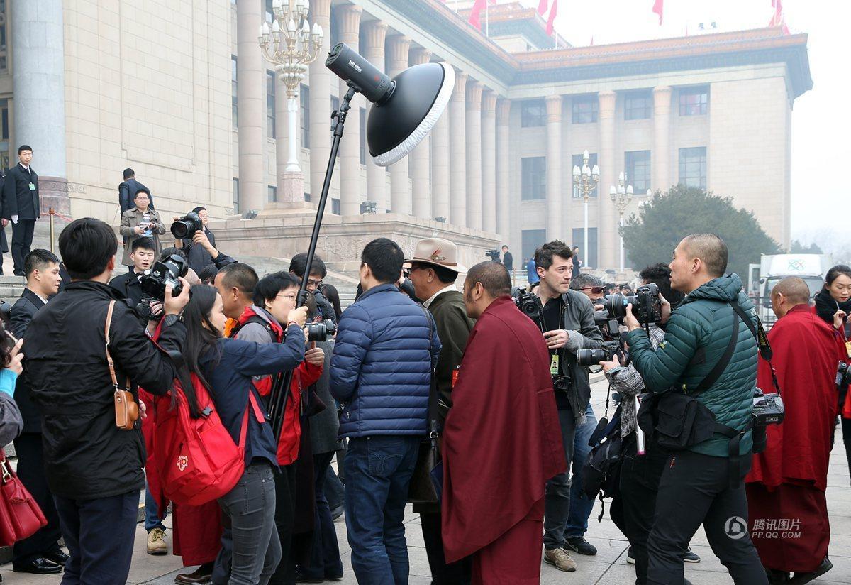 两会记者也很拼:扎堆拍摄采访 会场抽空补觉 - 海阔山遥 - .