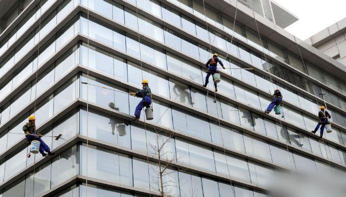 苏州清洁工高空作业 为高层建筑洗脸