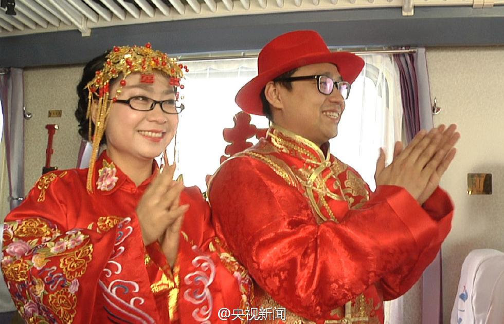 新疆新郎骑自行车换乘火车迎娶新娘 - 海阔山遥 - .