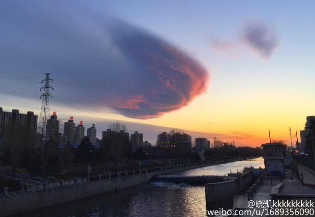 北京大风后吹出 七彩祥云 市民驻足狂拍