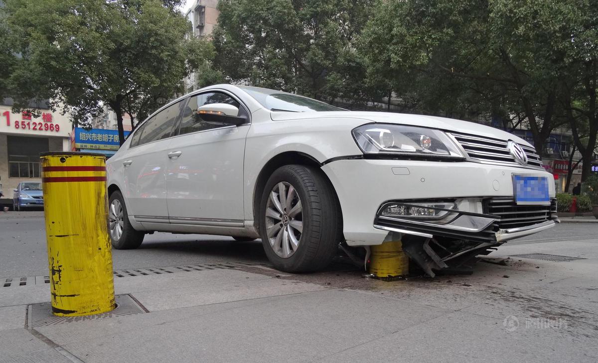 小汽车 骑上 电力部门隔离桩 一根5万块高清图片