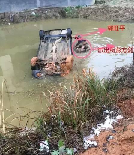 载有一家五口小车翻入衡山一水塘 车主溺水身亡