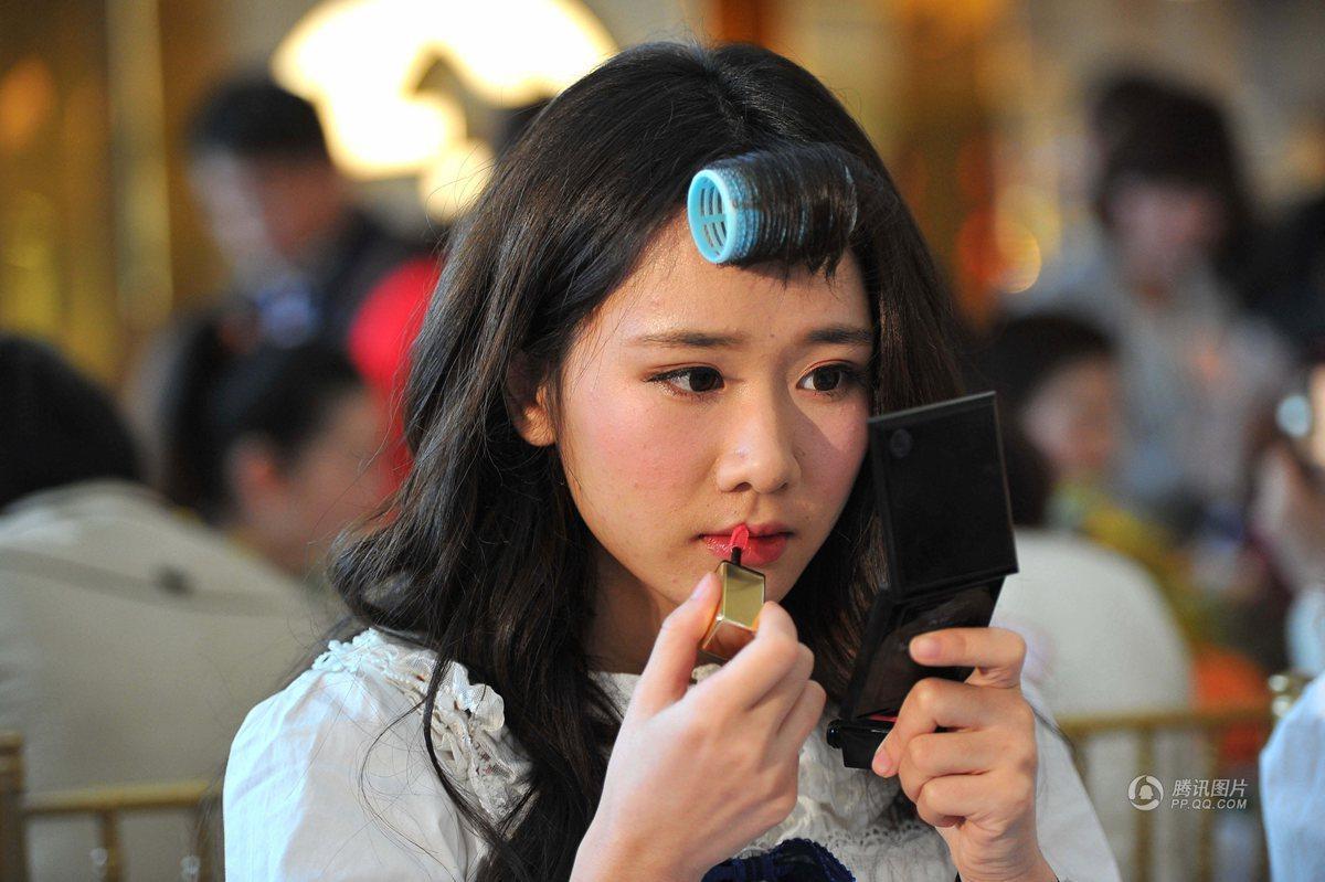 南宁举行百名女性化妆比赛 妆后美眉狂自拍