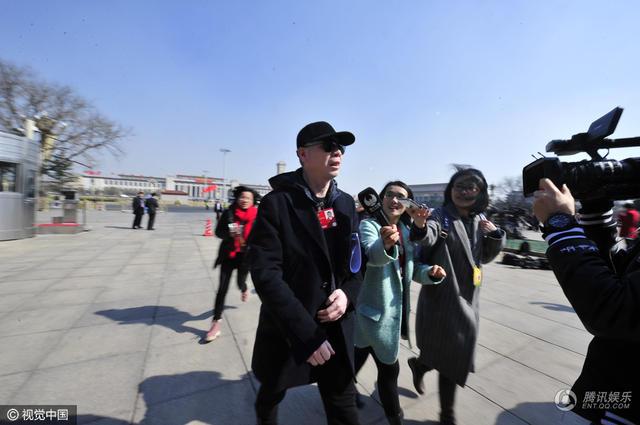 冯小刚参加全国政协闭幕 为躲记者钻过警戒线