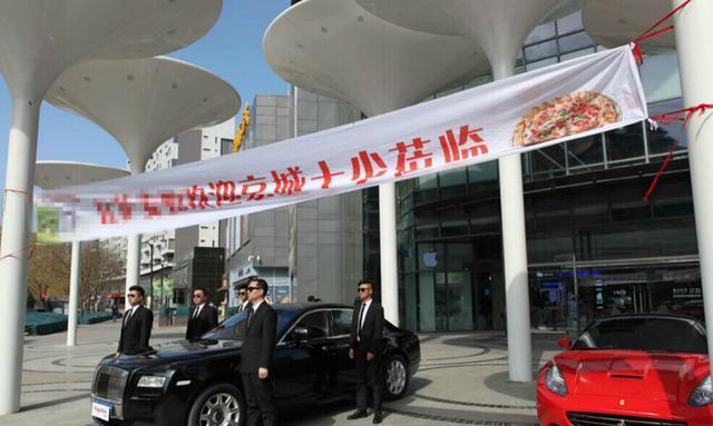 """公司聚餐条幅标语-开百万豪车集体聚餐 疑为商家营销 商家拉起广告横幅:""""欢迎京城十"""