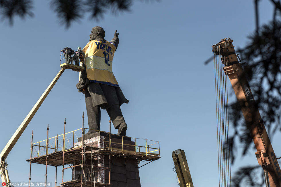 乌克兰拆除国内最大列宁雕像 - 海阔山遥 - .