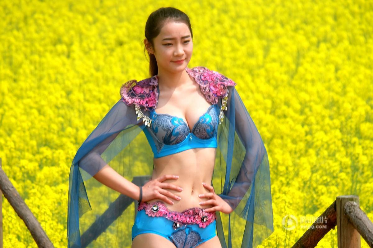 """湖南常德油菜花海上演性感""""内衣秀"""" - 海阔山遥 - ."""