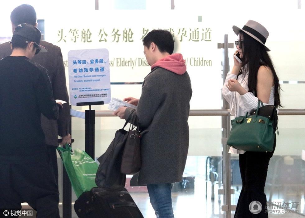 21日,上海,拳王邹市明与妻子冉莹颖现身机场,进安检与邹市明手图片