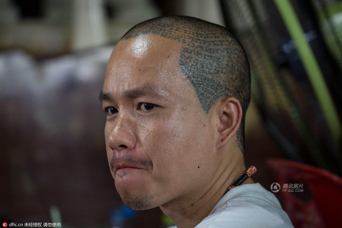 早  期的泰国纹身图案只有佛像和佛经,用以表示纹身者的勇气和毅力,而图片