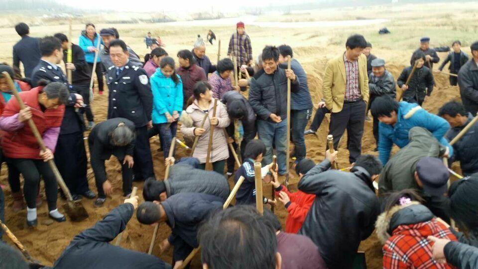 河南信阳河滩挖出银元 村民当场叫卖开价2万元2015.3.23 - fpdlgswmx - fpdlgswmx的博客