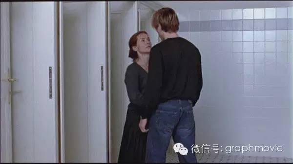 片中有大量调教男孩的场景.如两人第一次亲密接触,Erika撩拨